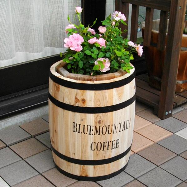 庭にコーヒー樽がある風景【コーヒーバレルプランターカバー】